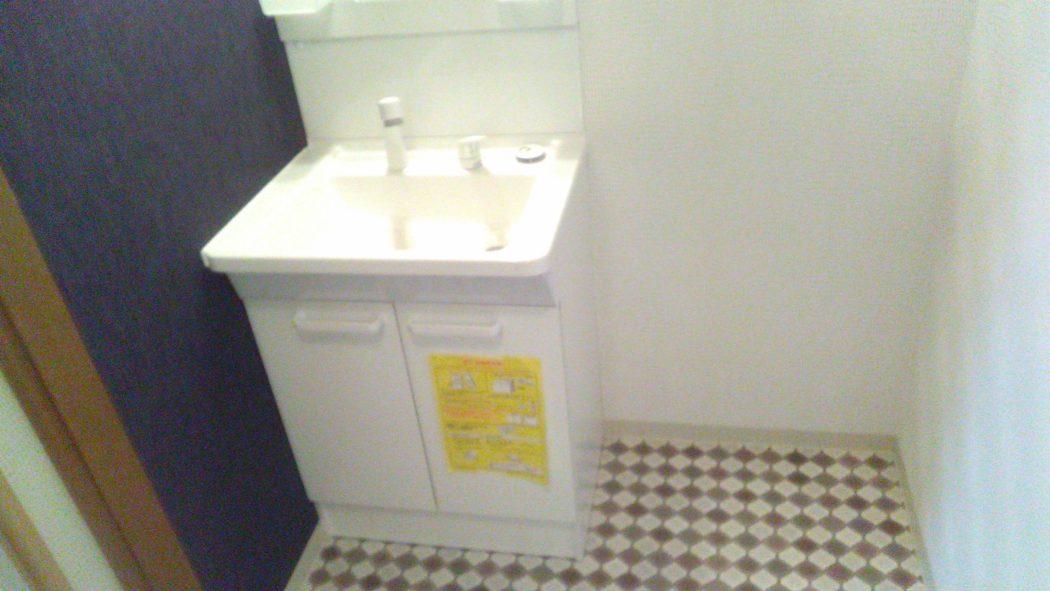 シャワー付き洗面台「朝シャン楽々、バケツもスッポリ」