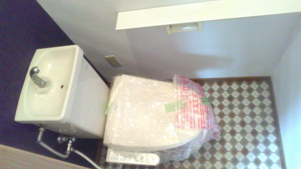 シャワー付きトイレ、窓もあります。